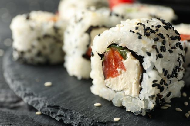 Taca z pysznymi rolkami sushi, z bliska. japońskie jedzenie
