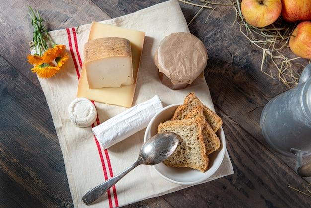 Taca z różnymi francuskimi serami na słomie