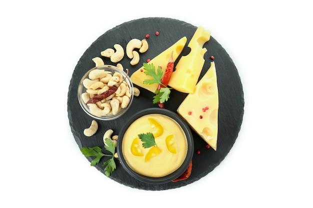 Taca z sosem serowym i przekąskami na białym tle