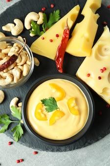 Taca z sosem serowym i przekąskami, widok z góry