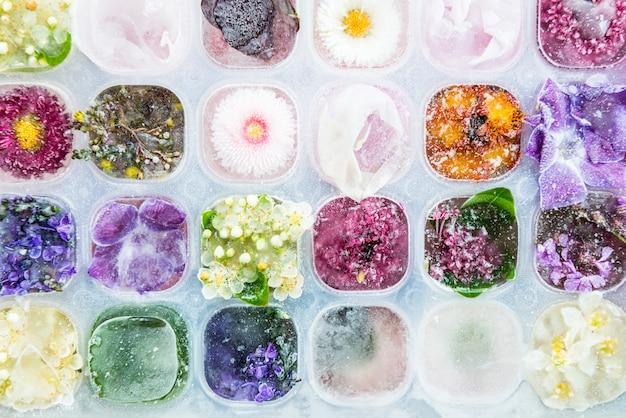 Taca z zamrożonymi kwiatami w kostkach lodu