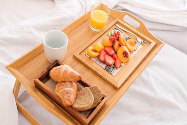Taca ze śniadaniem na łóżku