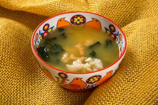 Tacaca to specjalność kuchni amazońskiej. podawane w naturalnej misce tucupi wylewa się na gumę z mąki tapioki. dodaje obfitą porcję liści jambu, a suszone krewetki dopełnia danie