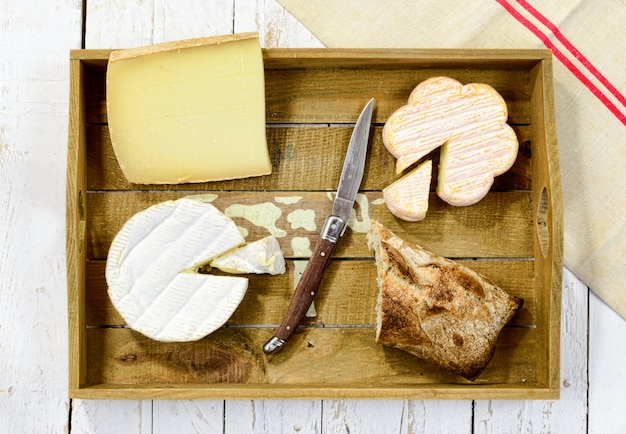 Tace różnych francuskich serów z chlebem
