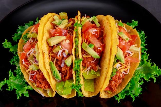 Taco wegetariańskie okłady. składniki tacos warzyw na widok z góry