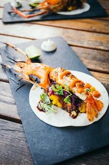 Taco z krewetkami lub krewetkami i sosem
