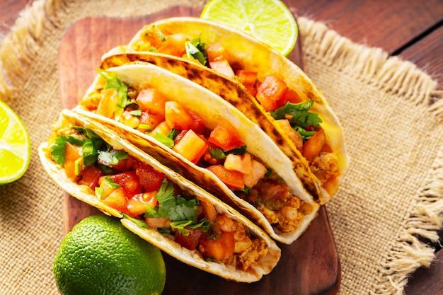 Taco z mięsem i warzywami na worze