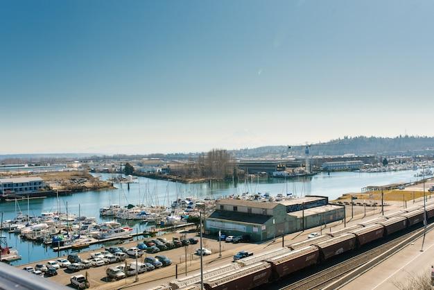 Tacoma, waszyngton, usa. kwiecień 2021. zatoka i jachty portu morskiego