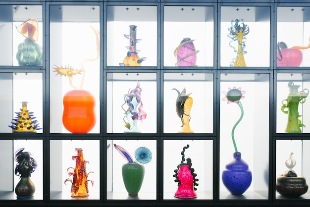 Tacoma, waszyngton, usa. marzec 2021. przedmioty artystyczne ze szkła na półkach muzeum. kolorowe wazony