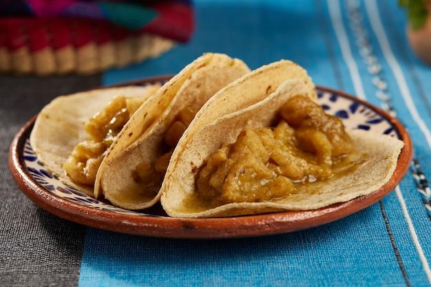 Tacos de chicharron en salsa verde comida tipica mexicana con tortillas de maiz