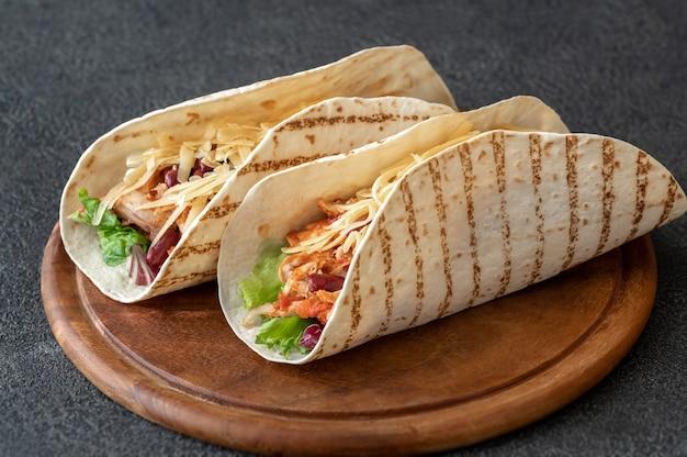 Tacos - tradycyjne danie meksykańskie na desce