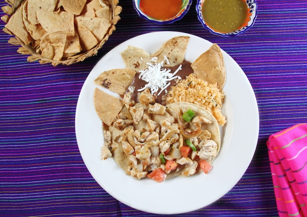 Tacos z kurczaka sos chili w stylu meksykańskim i nachos