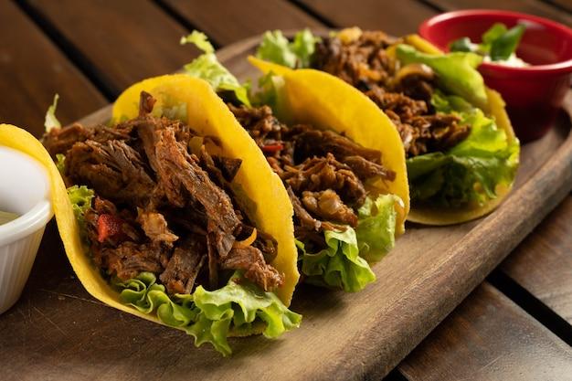 Tacos z mięsa. tradycyjne meksykańskie jedzenie.