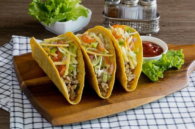 Tacos z mięsem i warzywami, meksykańskie jedzenie
