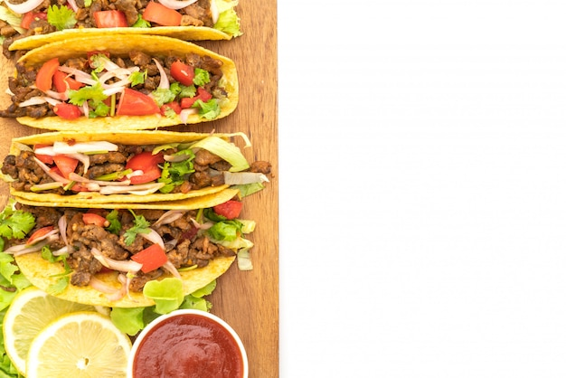 Tacos z mięsem i warzywami na białym tle