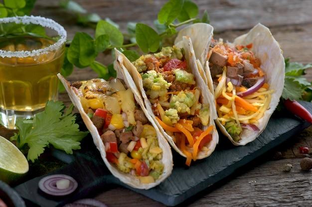 Tacos z różnymi nadzieniami i tequilą