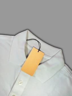 Tag cena na białej koszulce polo