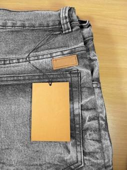 Tag cena na czarno-szare dżinsy