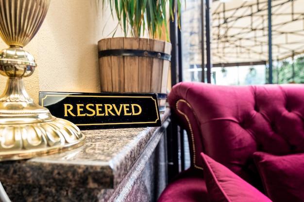 Tag rezerwacji umieszczony na stole