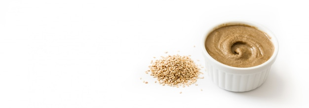 Tahini i nasiona sezamu. widok panoramiczny