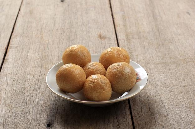 Tahu bulat (okrągłe tofu), ulubione danie indonezji, smażone w głębokim tłuszczu i doprawione przyprawą w proszku.