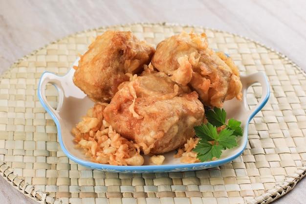 Tahu hot jeletot (pikantne nadziewane chrupiące tofu0 z pikantnymi warzywami w środku. popularne jako uliczne jedzenie w indonezji na śniadanie
