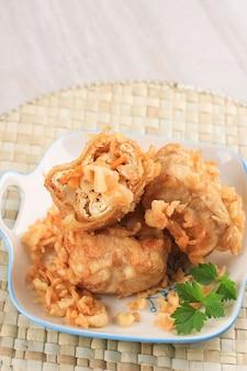 Tahu isi czyli indonezyjskie smażone faszerowane tofu, tradycyjna przekąska z chrupiącego tofu faszerowana warzywami stir fry, podawana z sosem chili lub chili.