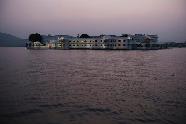 Taj jeziorny pałac w udaipur, rajasthan, india