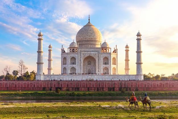 Taj mahal, egzotyczny widok indii, miasto agra.