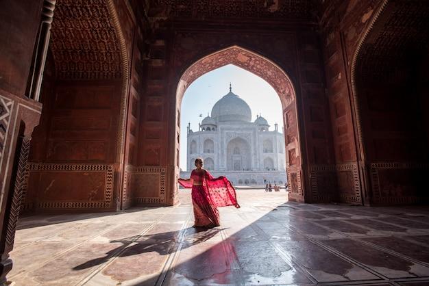 Taj mahal scenic widok poranny pomnika taj mahal. miejsce światowego dziedzictwa unesco w agrze w indiach.