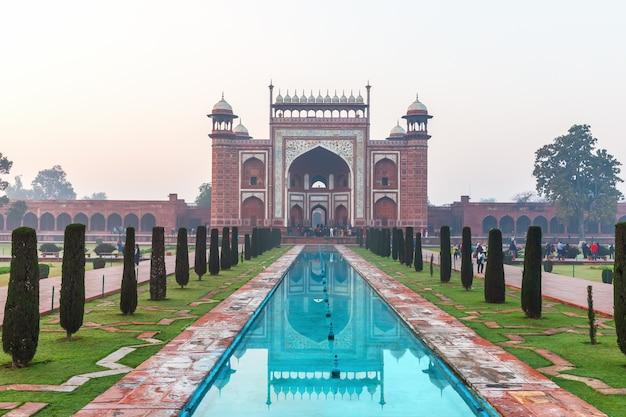 Taj mahal wielka brama w indiach, miasto agra.