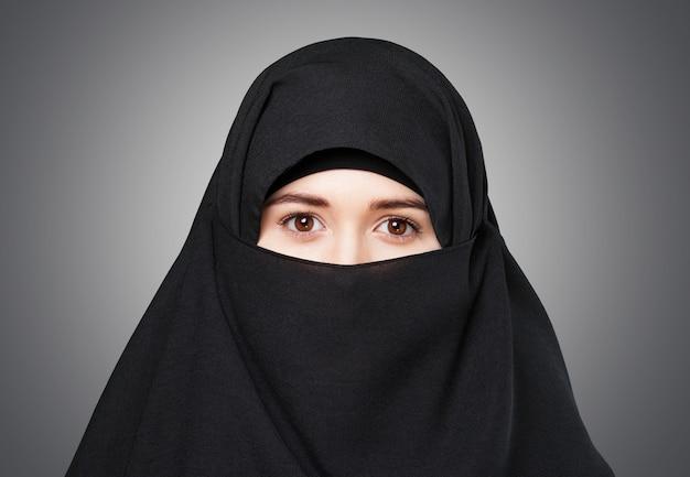 Tajemnicza arabska kobieta na tle