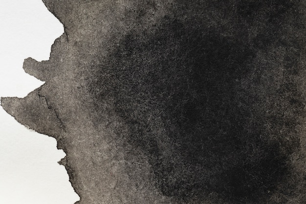 Tajemnicza czarna ręcznie malowana plama na białej powierzchni