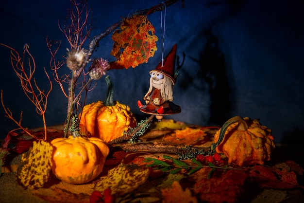Tajemnicza dobra wiedźma na miotle w bajkowej nocy jesienny las z dyniami, zawieszka lalka wiedźma halloween. pocztówka, tło, plusk