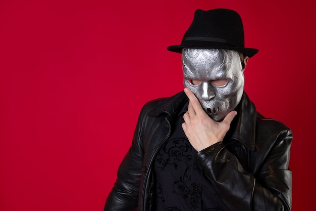 Tajemniczy zabójca ninja w stylu noir, mężczyzna w czarnym skórzanym ubraniu