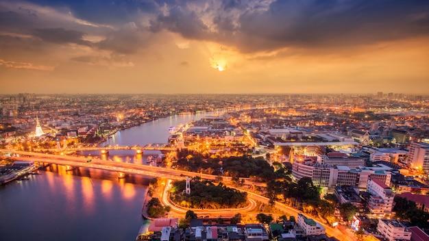 Tajlandia bangkok transport z nowoczesnym budynkiem biznesowym wzdłuż rzeki, hotelu i obszaru zamieszkania w stolicy tajlandii