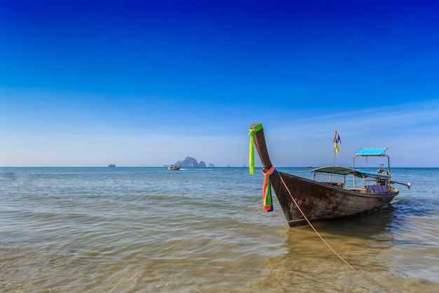Tajlandia lata podróży morze, tajlandzka stara drewniana łódź przy morze plaży krabi phi phi wyspy phuket parkiem