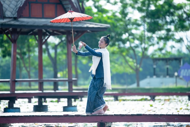 Tajlandia tańczące kobiety w stroju ludowym stylu: taniec tajlandia