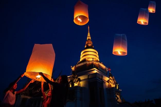 Tajlandzcy ludzie unosi się lampę w yee peng festiwalu w chiang mai, tajlandia.
