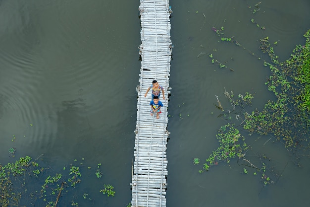 Tajlandzka aktywność dzieciństwa obok lotosowego stawu.