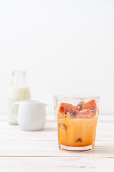 Tajlandzka herbaciana kostka lodu z mlekiem