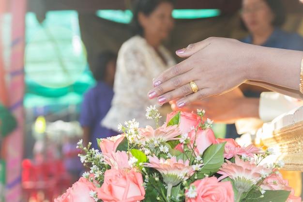Tajlandzka kultura, ręka panna młoda otrzymywa świętą wodę w ślubnej ceremonii