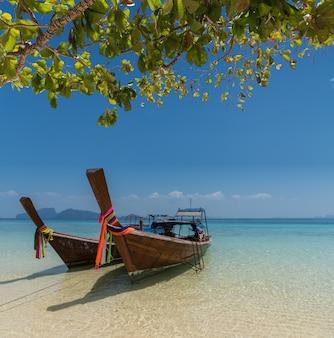 Tajlandzka łódkowata longtail łódź na dennej plaży