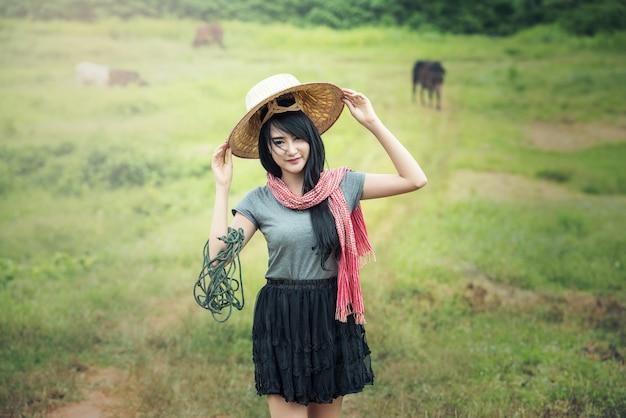 Tajlandzka lokalna ładna kobieta pracuje przy ziemią uprawną