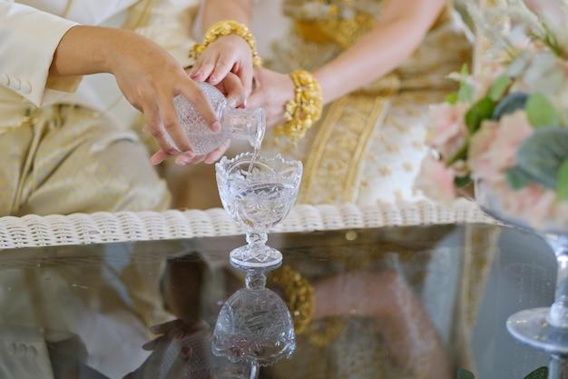 Tajlandzka tradycyjna ceremonia zaręczynowa wylewająca wodę