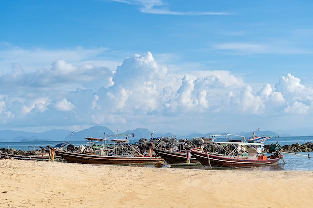 Tajlandzka tradycyjna drewniana longtail łódź i piękna piasek plaża. tajlandia.