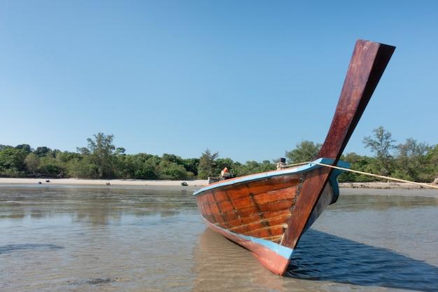 Tajlandzka tradycyjna drewniana longtail łódź i piękna piasek plaża.