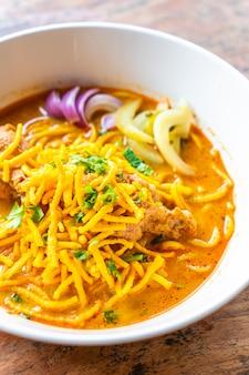Tajlandzka zupa curry z makaronem w stylu północnym z kurczakiem