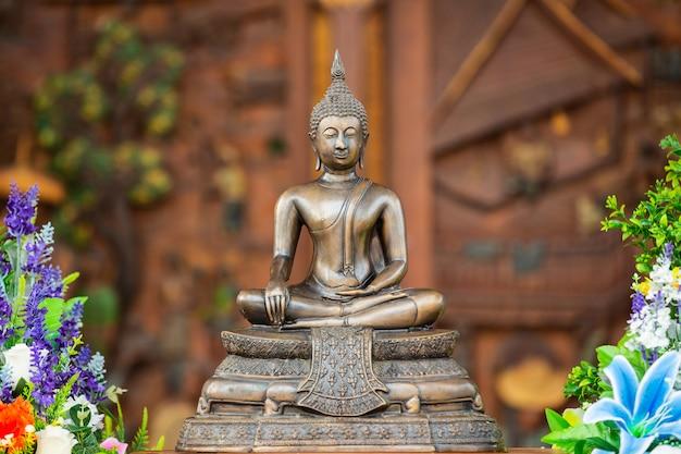 Tajlandzki buddha siedzi i medytuje