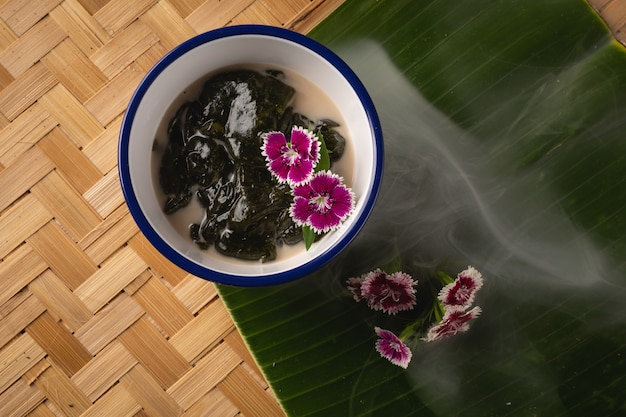 Tajlandzki deser, icevine, pareira barva z mlekiem kokosowym na drewnianym stole, widok z góry